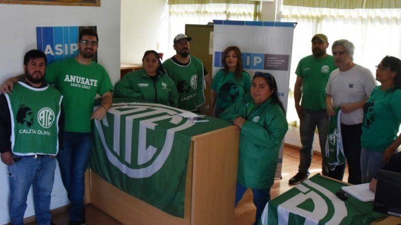Afiliados y dirigentes de ATE, tomaron ayer pacíficamente la oficina de la Agencia Santacruceña de Ingresos Públicos en Caleta Olivia.