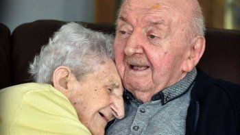 Tiene 98 años y se internó en un geriátrico para cuidar al hijo de 80