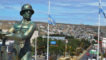 El Monumento al Obrero Petrolero, habitualmente llamado El Gorosito sigue siendo la figura emblemática de Caleta Olivia. Ayer cumplió 50 años, pero no hubo ningún festejo.
