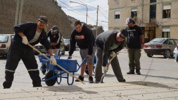 Una cuadrilla de trabajadores municipales de planes sociales inicio el primer operativo de limpieza barrial ordenado por la nueva gestión municipal.