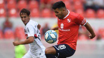 El delantero Silvio Romero y el arquero Alan Aguerre en una acción del partido que Newells le ganó a Independiente 3-2 en Avellaneda.
