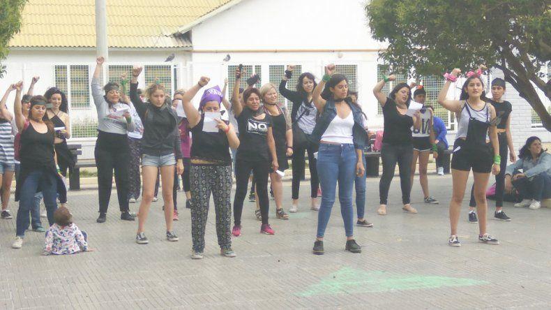 En Comodoro Rivadavia se replicó el viernes la performance chilena El violador eres tú.