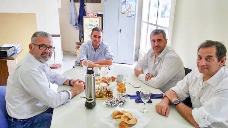 El presidente de Comodoro Deportes Hernán Martínez junto al secretario Carlos Portas recibieron al nuevo titular de Chubut Deportes