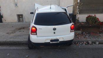 un auto termino incrustado contra un paredon en la alem