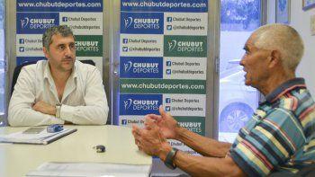 Amadeo Gallardo en su visita al presidente de Chubut Deportes, Gustavo Hernández.