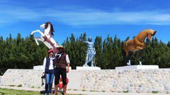 El monumento que rinde homenaje a los caballos Gato y Mancha en la localidad de Alto Río Senguer.