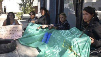 Un grupo de mujeres contratadas en la última etapa de la gestión del exintendente Facundo Prades se encadenó en la puerta del edificio comunal.