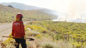 Intentan controlar un incendio de campos entre Esquel y Tecka