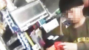 En un video captado por un cliente se observa a un niño de corta edad que trabajaría como cajero en un supermercado chino.