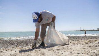 En cada playa habilitada para este verano hay una cuadrilla que cuida la limpieza.