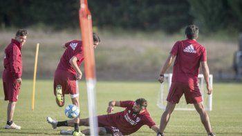 River trabajó ayer en doble turno y hoy viajará a Uruguay, para jugar mañana un amistoso con Nacional de Montevideo.