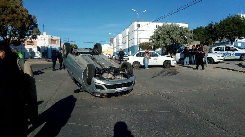 Choque y vuelco en San Martín y Alsina