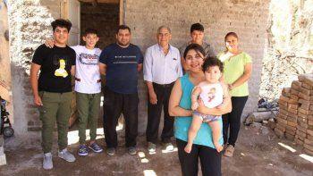 escapo de una pareja violenta y sus vecinos le construyeron una casa para que viva con sus hijos