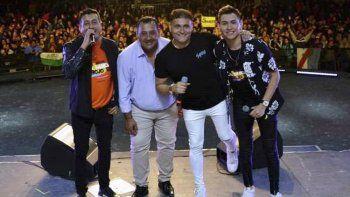 Al cerrar su espectacular show, lo integrantes de La Banda al Rojo Vivo fueron felicitados por el intendente Guillermo Mercado.