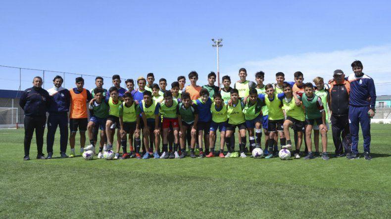 El cuerpo técnico y los jugadores que participaron de la prueba.