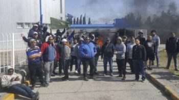 Los obreros que fueron despedidos por la empresa INCRO, contratista de YPF, continuaban manifestándose ayer frente a las oficinas de la operadora petrolera.