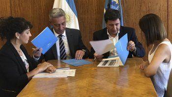 El ministro Arroyo encabezó la firma del convenio con el gobernador Arcioni.