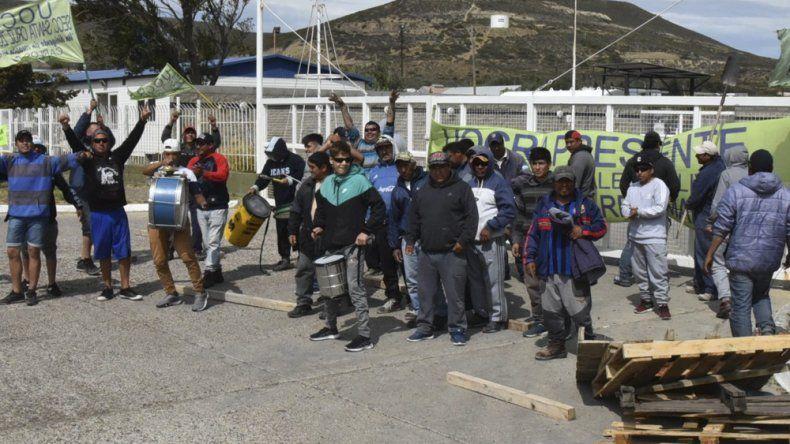 Al igual que en Las Heras, otro grupo de manifestantes de la UOCRA se encuentra en Cañadón Seco bloqueando instalaciones de YPF, en este caso el sector Almacenes.