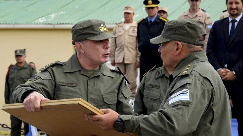 El nuevo jefe de la Región VII, Guillermo Danielle –izquierda– recibe un presente de quien lo antecedió en el cargo, Alejandro Lema.