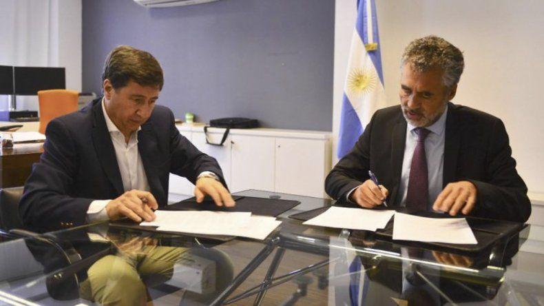 Daniel Arroyo y Alejandro Vanoli durante la firma del convenio.