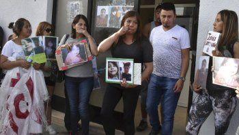 Los padres y las abuelas de los dos niños que murieron en el incendio intencional salen del Juzgado de Instrucción N° 1, luego de haber sido recibidos por su titular, Gabriel Contreras.