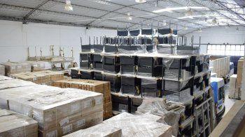 Escritorios, armarios y ficheros forman parte de la primera compra de mobiliario escolar y se espera otra licitación para adquirir sillas y pupitres.