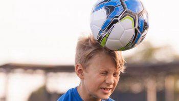 Prohíben cabecear la pelota hasta los 12 años