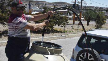 Una postal que se repite con mayor frecuencia en épocas estivales: la escasez de agua motiva que muchos vecinos acudan al cargadero comunitario ubicado en barrio 3 de Febrero.