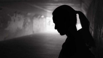 torturo a los hijos de su pareja y a ella la violo durante tres dias