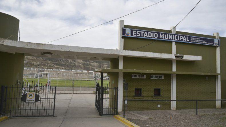 El estadio municipal del barrio General Mosconi no reúne las garantías necesarias como para disputar un clásico con las dos hinchadas.