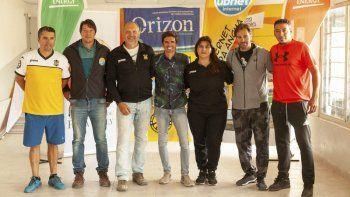 Funcionarios de Rada Tilly y dirigentes del Club Atlético Rada Tilly, en el lanzamiento de una nueva edición del Torneo de Fútbol Playero.