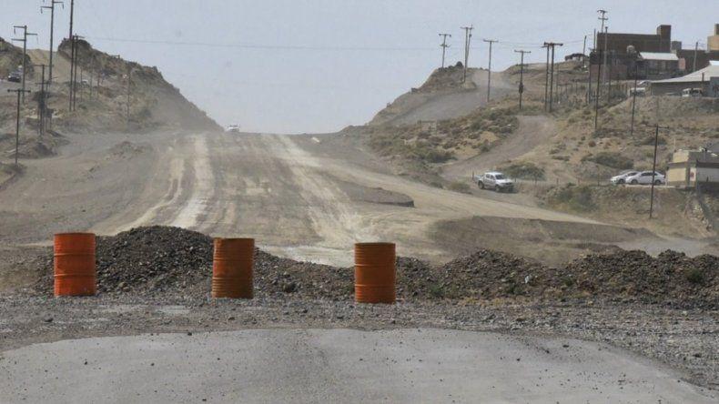 La obra de pavimentación del acceso Oeste de Caleta Olivia se inició poco antes de las elecciones de octubre y luego de las mismas desapareció el equipamiento vial.
