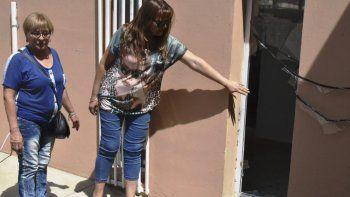 Integrantes del grupo de autoayuda Venedici muestran el sitio por donde ingresaron los ladrones, tras arrancar una reja y romper un vidrio.