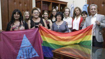 El gobernador acompañado de integrantes de la comunidad trans durante la presentación de la iniciativa.