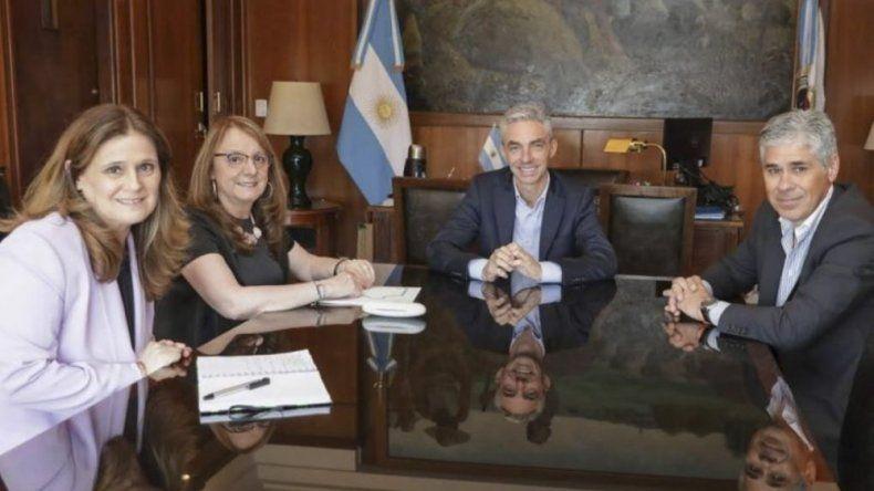El ministro Mario Meoni recibió en su despacho a la gobernadora Alicia Kirchner, quien estuvo acompañada por los diputados nacionales Pablo González y Paola Vessvessian.
