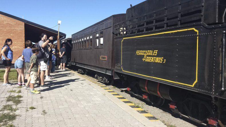 La Trochita tuvo que reforzar ayer sus salidas debido a la mayor demanda de pasajes.