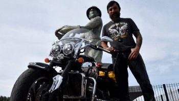 Con su poderosa moto de 2.300 cc, el exministro de Trabajo de Salta, Eduardo Costello, recorre la Patagonia y otras regiones del país.