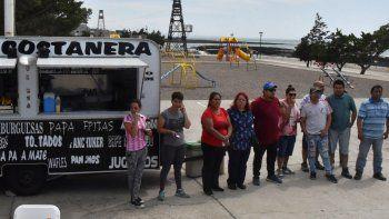 Un grupo de propietarios de puestos y carritos gastronómicos instalados en la costanera protagonizó ayer una protesta porque el municipio quiere desplazarlos hacia la zona portuaria.