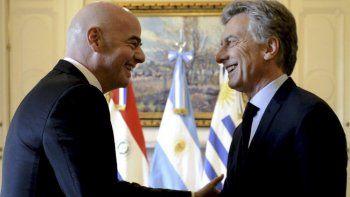 Gianni Infantino, titular de la FIFA, designó a Mauricio Macri para presidir un programa social y se desató el escándalo.