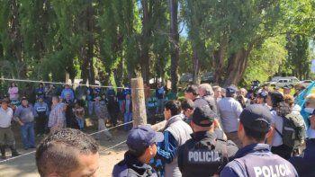 Policía intentó impedir el paso a ambientalistas que marchaban a Lago Escondido