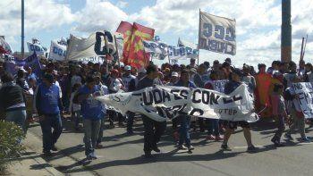 Los manifestantes se ocuparon de resaltar las simetrías entre Macri y Arcioni y reclamaron una auditoría de la deuda provincial.