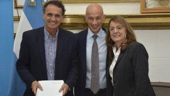 El ministro Gabriel Katopodis junto a la gobernadora Alicia Kirchner, felicitaron a los jefes comunales, entre ellos Fernando Cotillo, tras la firma del convenio de adhesión al plan de obras públicas.