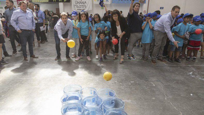 El intendente Luque y sus funcionarios compartieron ayer actividades recreativas con los chicos de las colonias.