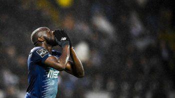 jugador se fue en pleno partido por los gritos xenofobos que recibio