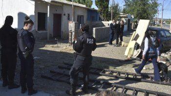 El desalojo de la vivienda ubicada en el barrio 26 de Junio se realizó con presencia policial, sin que se produjeran incidentes.