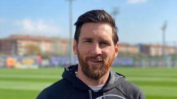 Lionel Messi posando con un nuevo premio.