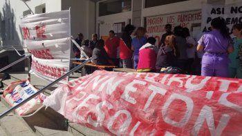 La manifestación de ayer en el Hospital Regional consistió en un cierre simbólico del nosocomio, como consecuencia de la falta de insumos y el atraso salarial.