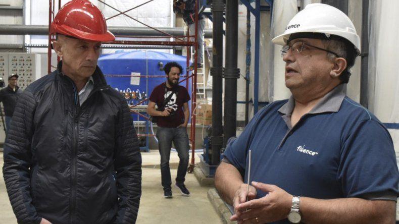 Profesionales de áreas técnicas de la Planta de Osmosis Inversa informaron al intendente Cotillo y a otros funcionarios sobre el avance de las obras en el complejo industrial.