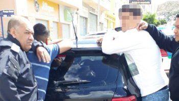 La Policía de la Seccional Segunda detuvo a dos hombres por presunto delito de encubrimiento al sorprender a uno de ellos con una tablet IPAD robada minutos antes.
