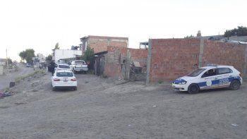 Personal policial trabaja en la vivienda donde fue hallado el hombre sin vida.